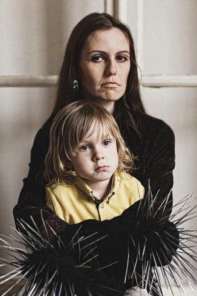 МАТЕРИНСКАЯ ЛЮБОВЬ. ШОКИРУЮЩИЙ ФОТОПРОЕКТ АННЫ РАДЧЕНКО Творческая серия про обратную сторону материнской любви О том, что происходит с отношениям «мама ребенок», когда женщина не понимает, что