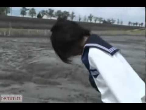 Малолетние дуры ныряют в грязь