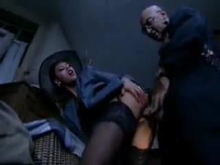 Муж пришел к жене на работу,и увидел как она трахается  в подсобке .