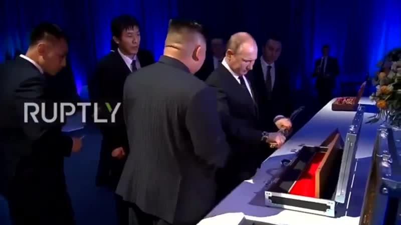 Путин подарил Ким Чен Ыну именную шашку