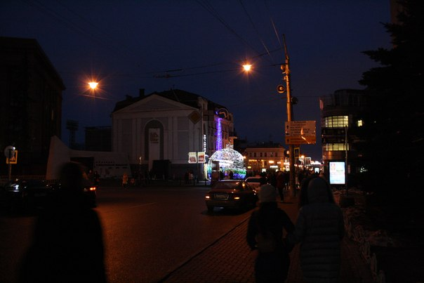 Вслед за Москвой поставили циклопический ёлочный шарик. В нём каждый хочет сфотографироваться, разумеется. И это прекрасно.  Январь 2018