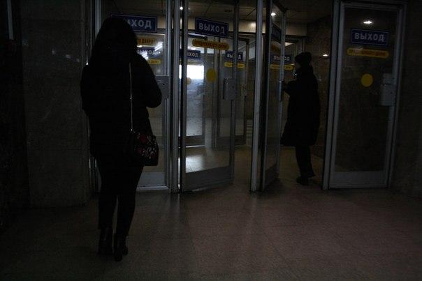 На выходах вот такие синие таблички-наклейки и жёлтые с красными буквами просьбы придержать двери (действительно придерживают).  Ну и мудацкий жёлтый круг, конечно. Без него-то не ясно ничего.  1—5 января 2018