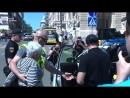 Одесса.1 мая,2018.На митинге одесситов, недовольных реформами власти женщина залепила оплеуху сбушному провокатору.