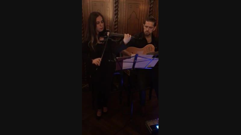 музыканты играют саундтреки к сериалу Джесур и Красавица.з