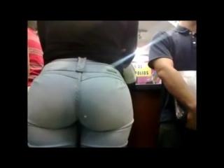 Большая попа в джинсах