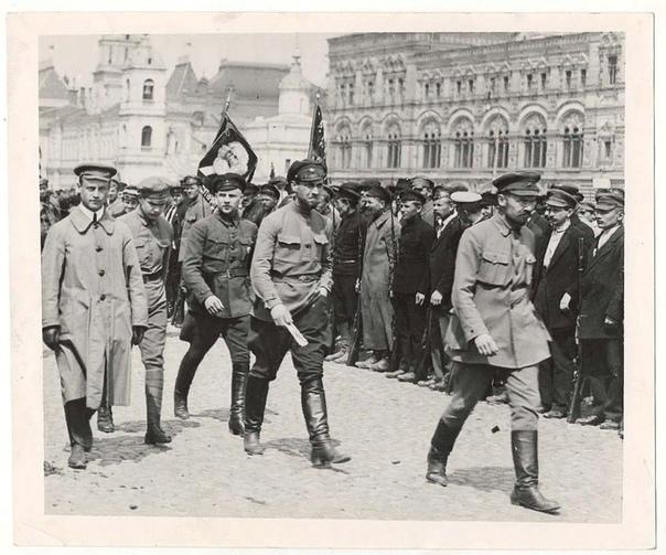 Разница между большевиками и меньшевиками Советская власть в понимании обывателя традиционно ассоциируется с большевиками. Но наряду с ними значительную роль в политическом развитии России