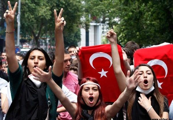 Разница между курдами и турками Курды и турки издавна живут по соседству, и сторонний человек вряд ли отличит одних от других. Между тем единственное, что объединяет эти народы, религия, да и то