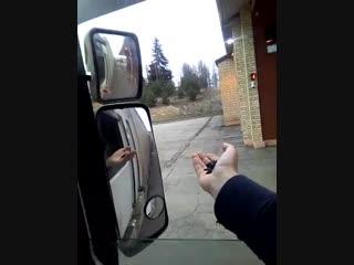 Дальнобойщик не может проехать по трассе, не оплатив проезд Постучались в окно, заставили платить!