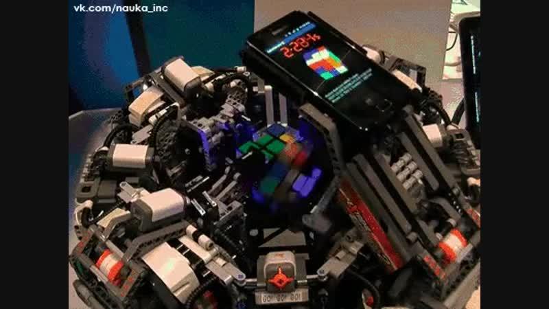 Как быстро и ловко робот собирает кубик Рубика!