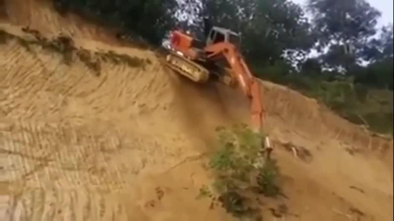Экскаватор спускается по склону