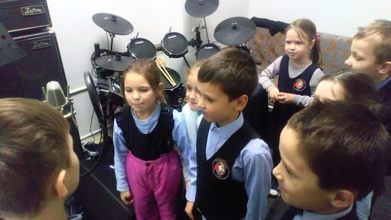 1б класс МБОУ СОШ №9 г. Великие Луки в студии звукозаписи Драмтеатра.