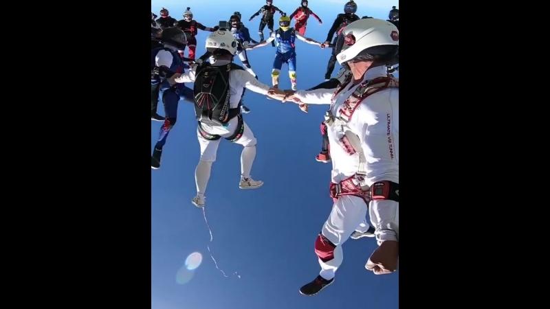 Red Bull - прыжок с парашютом