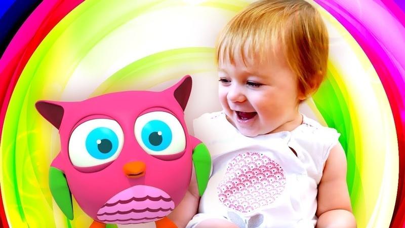 Bebek videosu. Dada Baykuş oyuncak ile oynuyor.