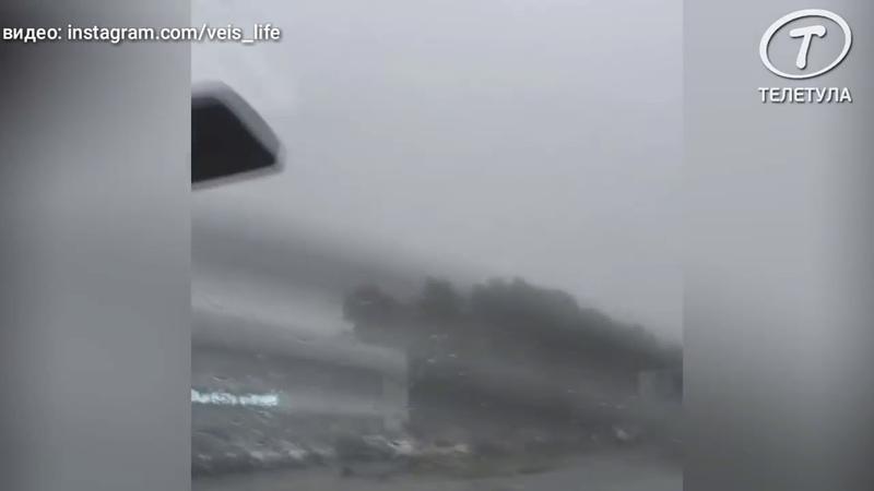 В Туле очевидец опубликовал видео летящей на припаркованные машины крыши