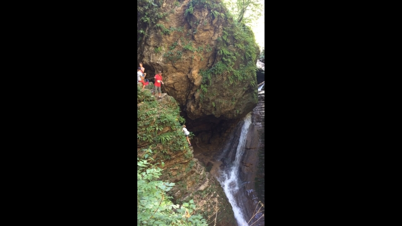 Спуск к водопаду Сердце Руфабго