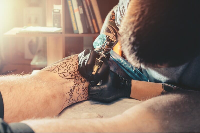 При варикозном расширении вен выбирайте лечение, а не татуировки