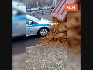 КамАЗ засыпал песком машину ДПС