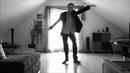 Парень классно танцует shuffle (шаффл) под Голубую Луну Моисеева