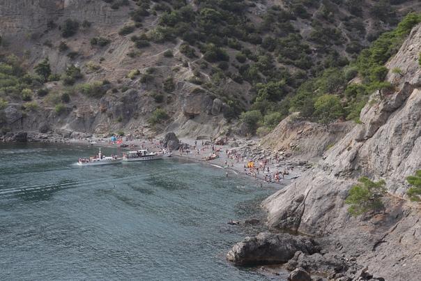 Народу не очень много, зато очень спокойная вода и можно плавать до посинения.