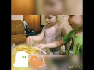 Маленькие любители чипсов.
