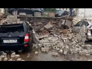 Момент падения двухметровой стены на автомобили в Воронеже попал на видео