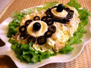 Простой слоеный салат с грибами