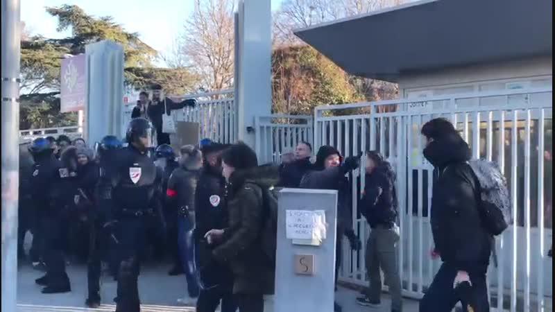 La police intervient devant le lycée Joffre ce jeudi matin, alors qu'une cinquantaine de lycéens bloquent l'établissement