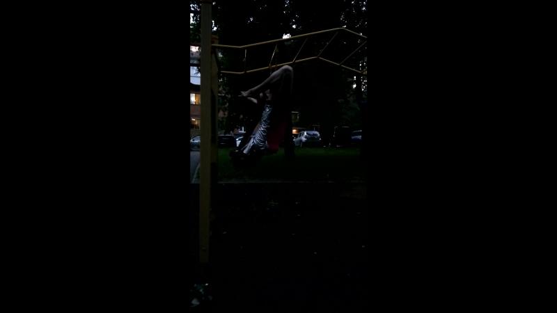 Елена Земля приветствует аплодисменты и акробаток и гимнасток) я показываю трюк на кольцах на детской площадке