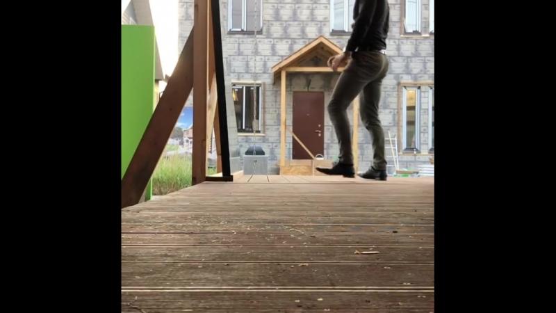 Удар ногой Брюса Ли о стеклопакет дома Берген Экокомплект