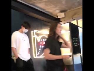 [FANCAM] Ли Чон Сок и Ким У Бин в кафе 89Mansion.