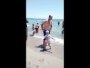 Мишутка на море играет с волнами
