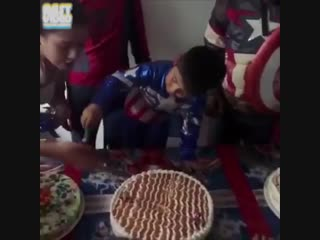 Мальчики сначала задувают свечи на торте. Мужчины же сразу переходят к делу