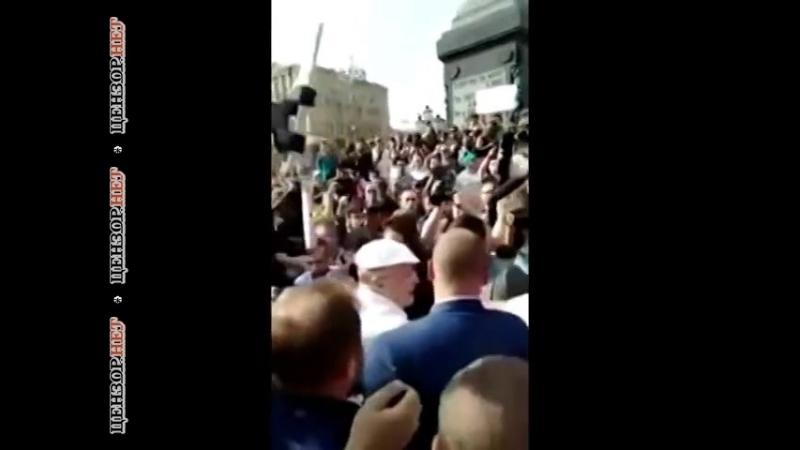 Сейчас как дам в твой череп! Кровью будешь истекать, подлец! Убери руки, сука! - Жириновский подрался на митинге в Москве.