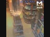 Мужик стащил бутылку рома из магазина в центре Москвы