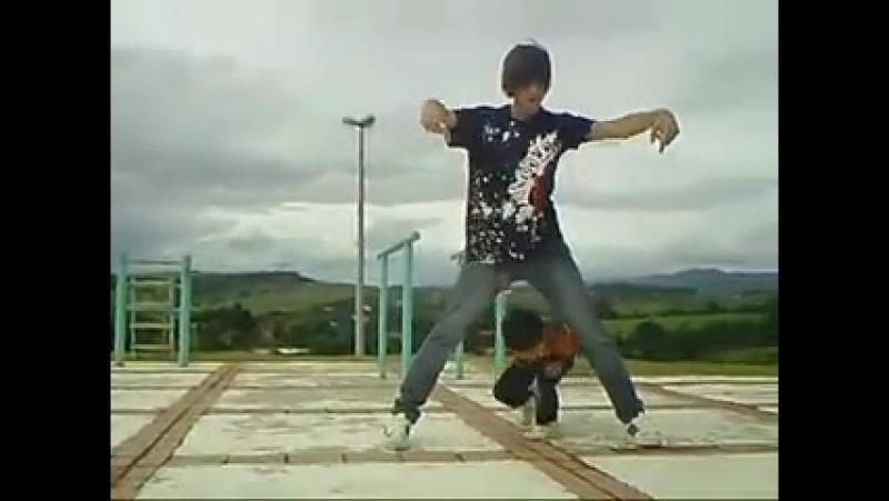 Малыш, реально классно танцует! а парень вообще супер красавчик!))