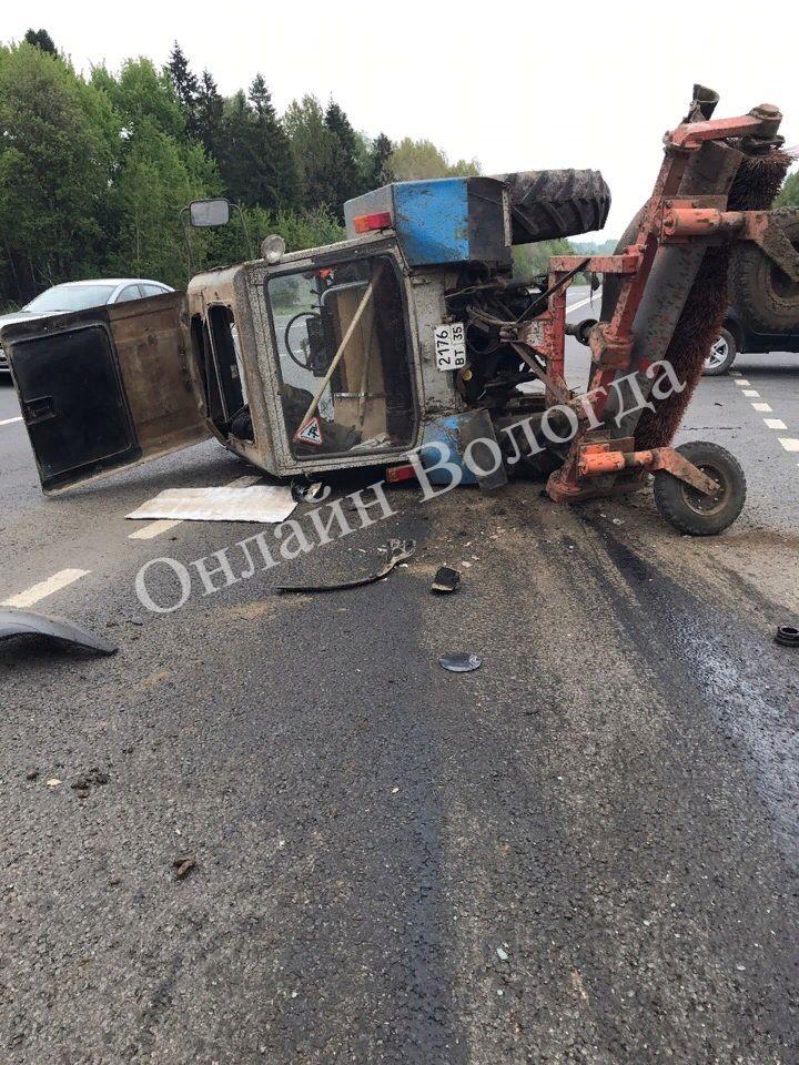 Столкновение иномарки и трактора произошло в Вологодском районе