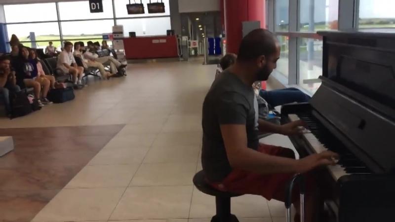 Безумно красивая игра на пианино в ожидании своего рейса