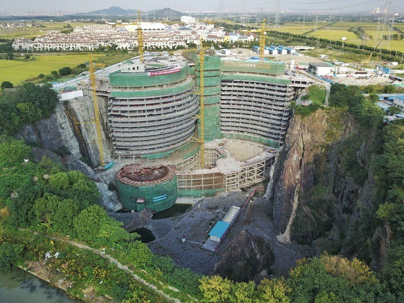 В Китае строят роскошный отель в заброшенном карьере.