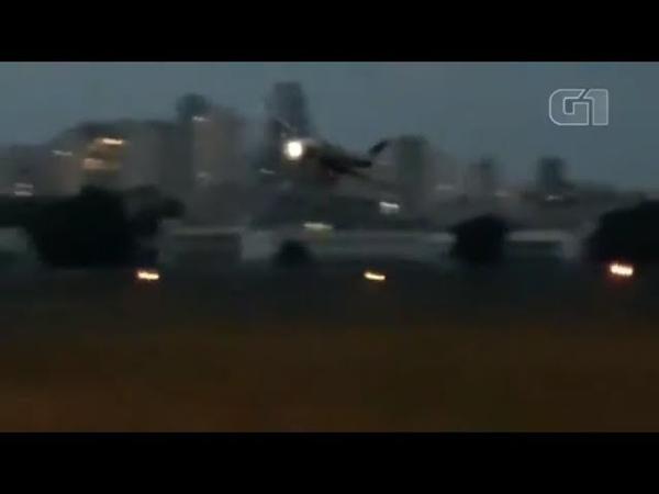 Vídeos mostram queda de avião no Campo de Marte em SP
