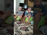 Два малыша разговаривают на горшках