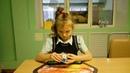 Ильюхина Полина собирает кубик Рубика 2х2х2
