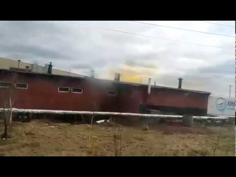 Желтый дым из трубы завода в Чебоксарах
