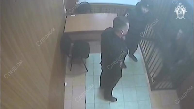Осужденному за разбой добавили срок за нападение на полицейского в ИВС.