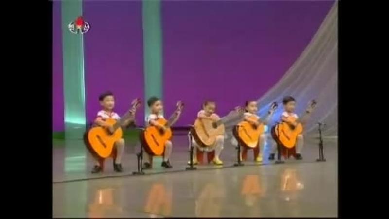 Северокорейские дети играют на гитаре.