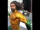 Джейсон Момоа и статуэтка Аквамена