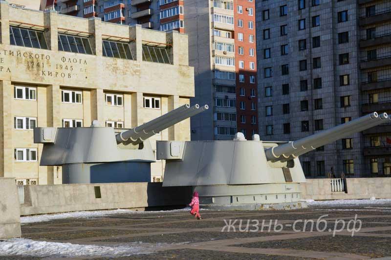 Колледжа судостроения и прикладных технологий (Кораблестроителей 18) - мемориял на входе