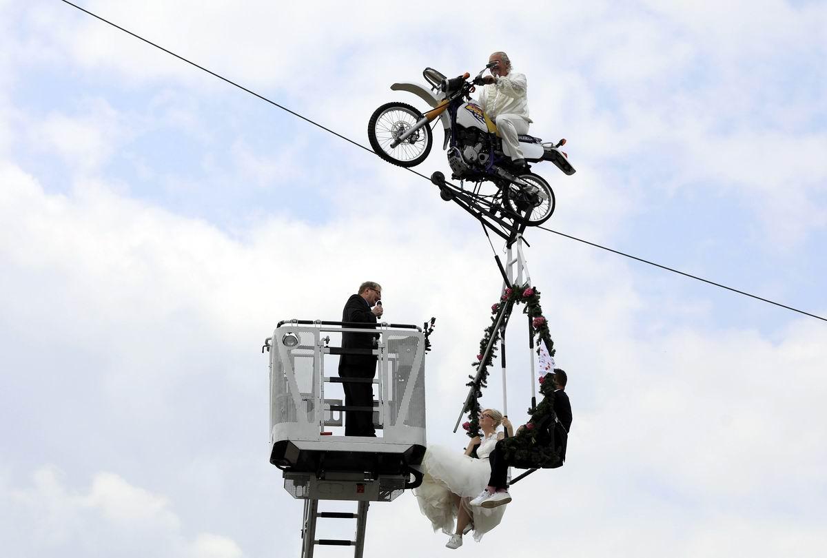 На мотоцикле под облаками: Немецкий свадебный экстрим