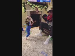 Конор тренируется с сыном