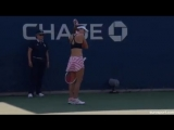 Французская теннисистка Ализе Корне была предупреждена за то, что сняла неправильно надетую футболку прямо на корте