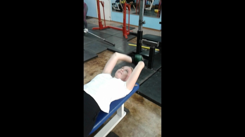 упражнение на укрепление мышц груди №2: завод гантели за голову.